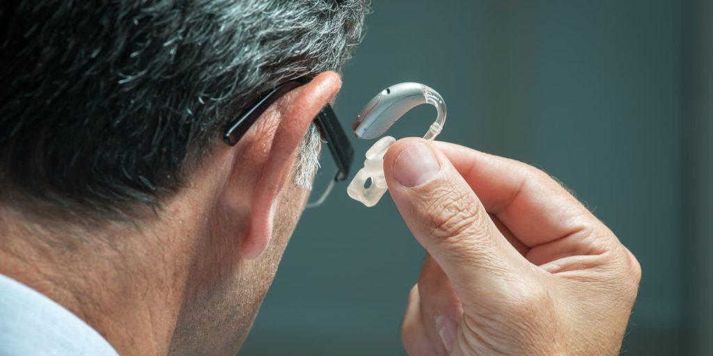 HdO-Hörgerät mit Schallschlauch und Otoplastik reinigen